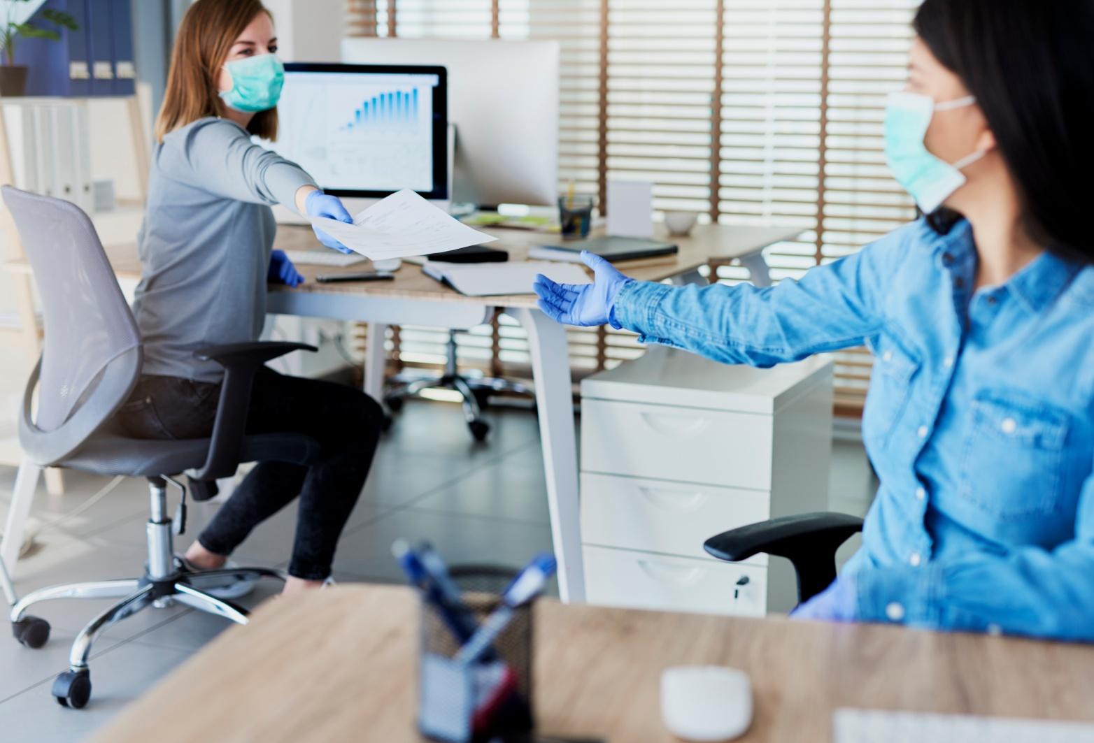 Personas trabajando con distanciamiento social