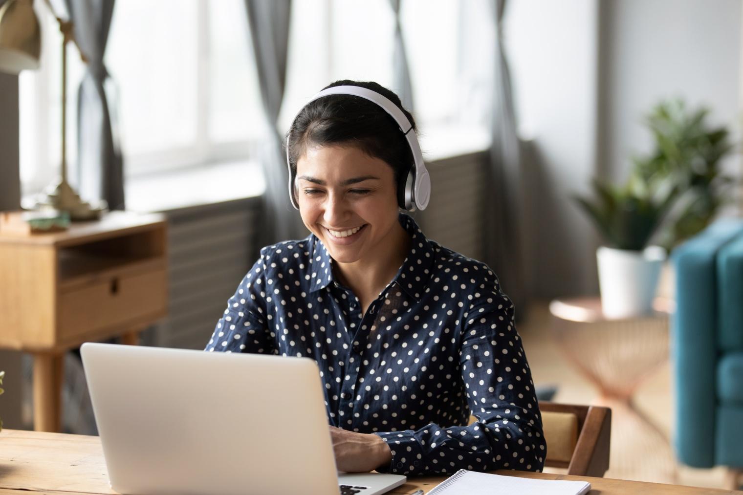 Mujer asistiendo a un webinar online