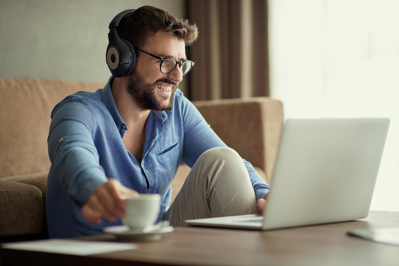 Hombre disfrutando un podcast