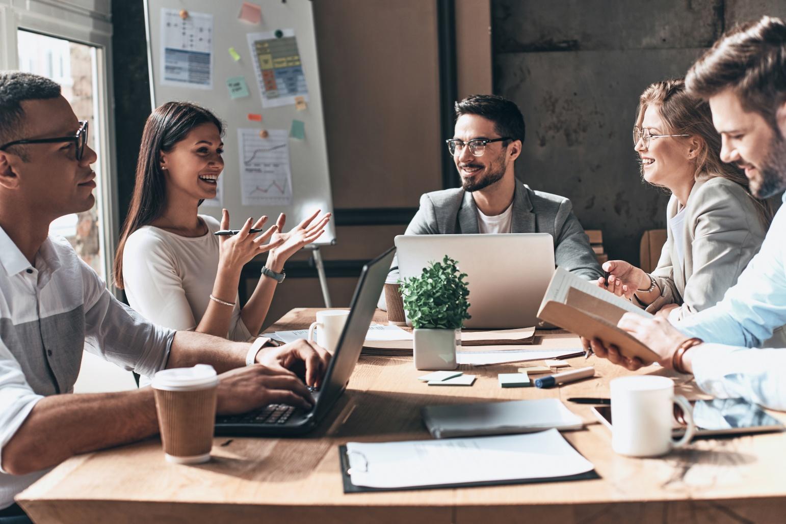 Personas jóvenes planifican en su oficina la aplicación de la NOM-035
