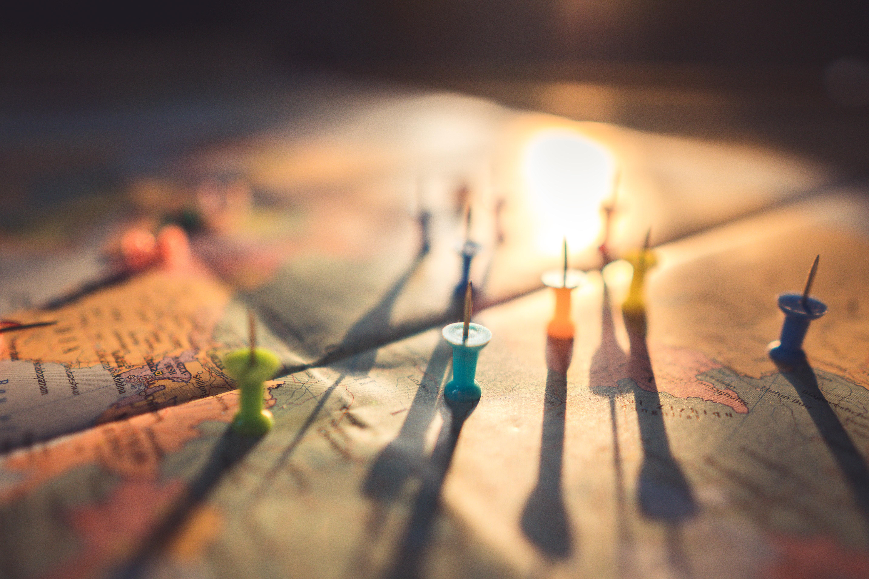 Mapa marcado con chinches formando una estrategia